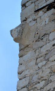 Tête de taureau sculptée